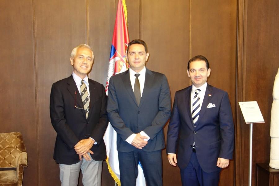 sa leve strane Ambasador Alberto di Luka, u sredini Ministar Aleksandar Vulin, i sa desne Predsednik Grupe Prijateljstva Srbija-Malteški Red, Vladimir Marinković.